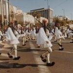 lista nieznanych miejsc w Atenach greccy-żołnierze-przy-zmianie-warty-w-Atenach-neverendingtravel.pl