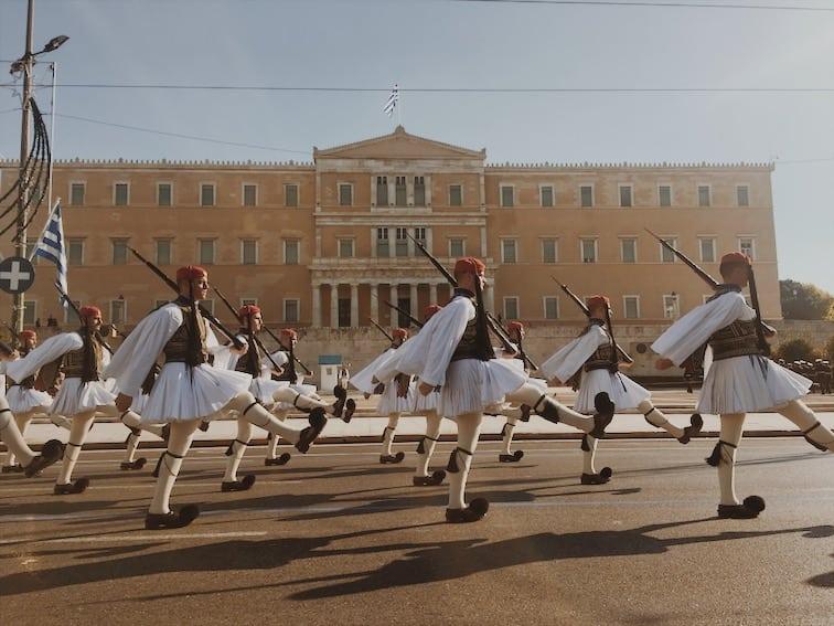 lista nieznanych miejsc w Atenach greccy-żołnierze-w-strojach-przy-zmianie-warty-w-Atenach-neverendingtravel.pl