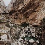 kanion-Desfiladero-na-trasie-El Caminito del Rey_neverendingtravel skały rzeka zielona, turkusowa woda