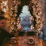 lista nieznanych miejsc w Atenach little-kook-cafe-Athens-okno-w-kawiarni-neverendingtravel.pl