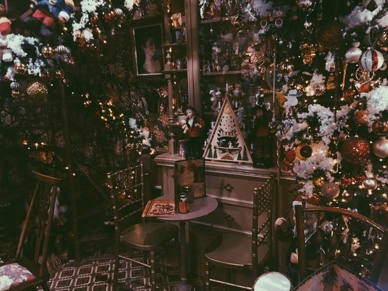 lista nieznanych miejsc w Atenach little-kook-cafe-Athens-wnętrze-kawiarni-neverendingtravel.pl