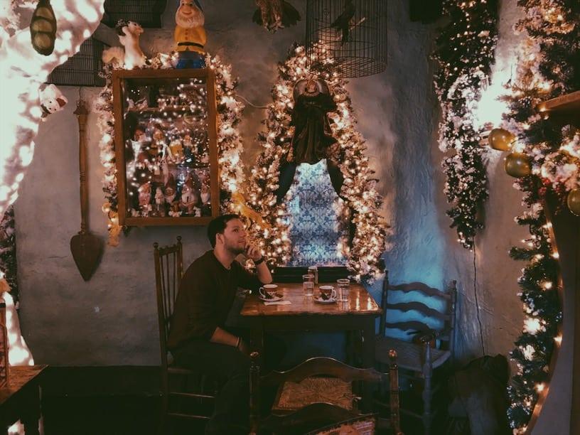 lista nieznanych miejsc w Atenach little-kook-kawiarnia-okno-Athens-neverendingtravel.pl