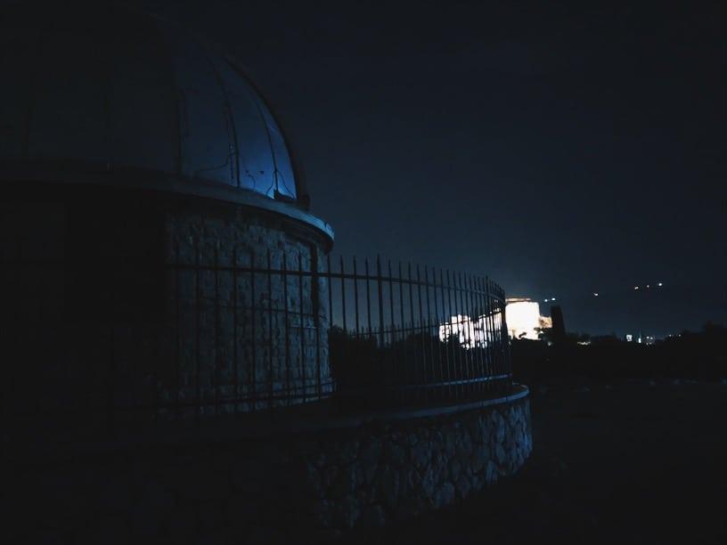 lista nieznanych miejsc w Atenach stare-obserwatorium-w-Atenach-w-tle-Akropol-neverendingtravel.pl