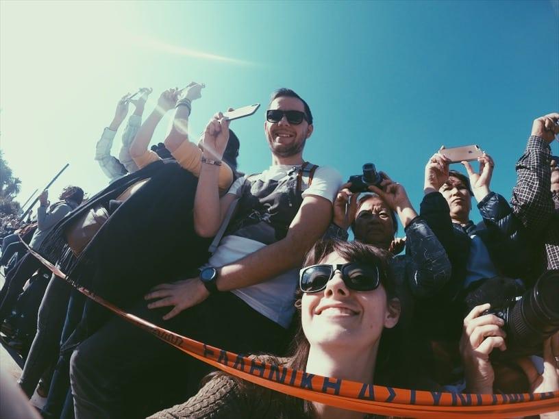 lista nieznanych miejsc w Atenach tłum-przy-zmianie-warty-w-Atenach-neverendingtravel.pl