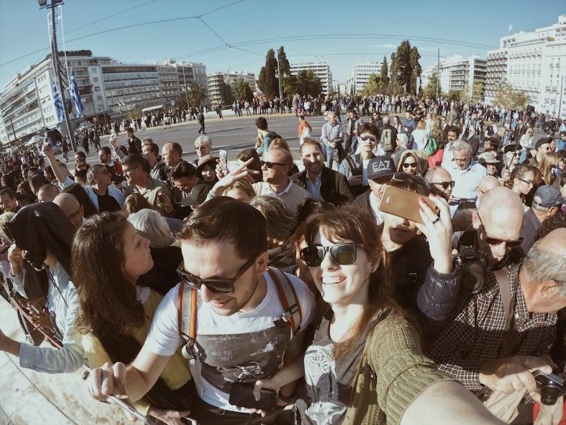 lista nieznanych miejsc w Atenach tłum-w-Atenach-pod-grobem-nieznanego-żołnierza-neverendingtravel.pl