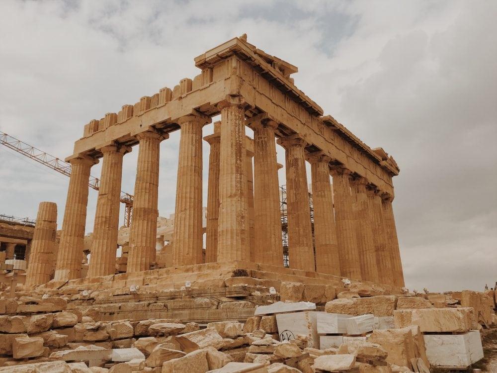 partenon-w-budowie-ateny-neverendingtravel.pl_ Akropol zabytki, runy, dźwig, prace konserwacyjne na Akropolu