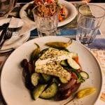kolacja-w-Atenach sałatka grecka w dwóch wariantach, z fetą, do szklanki nalewamy wody czyli nasz weekend w Atenach