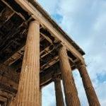 ruiny-w-Atenach-neverendingtravel kolumny na tle nieba z chmurami