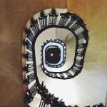 nasz weekend w Atenach i kręcone schody w hotelu w Atenach ozdobione świątecznie światełkami