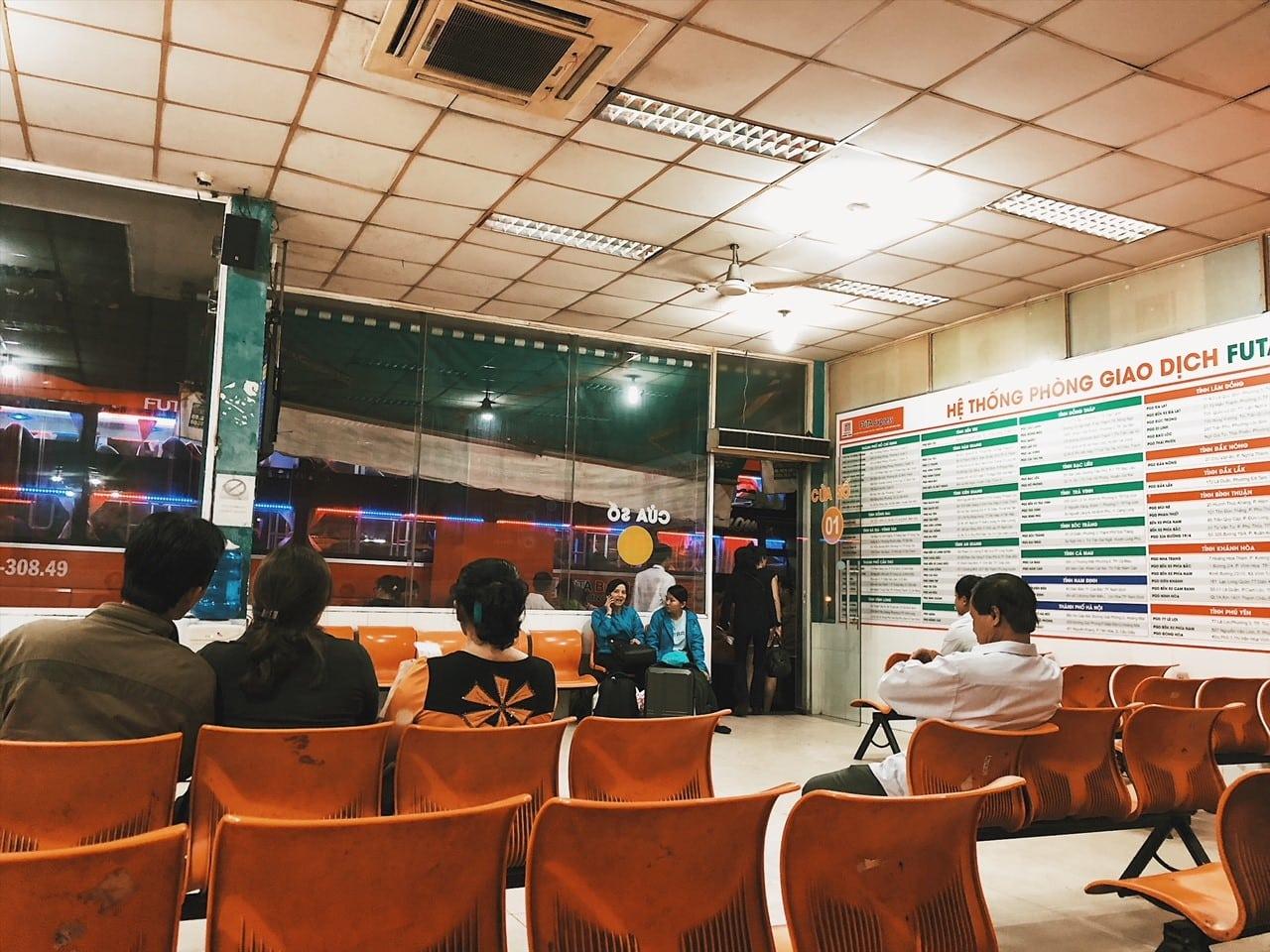 dworzec w sajgonie, czekamy na nocny autobus do rach gia w drodze na phu quoc, plastikowe krzesła, wietnamczycy, sala, rozkład jazdy, neverendingtravel