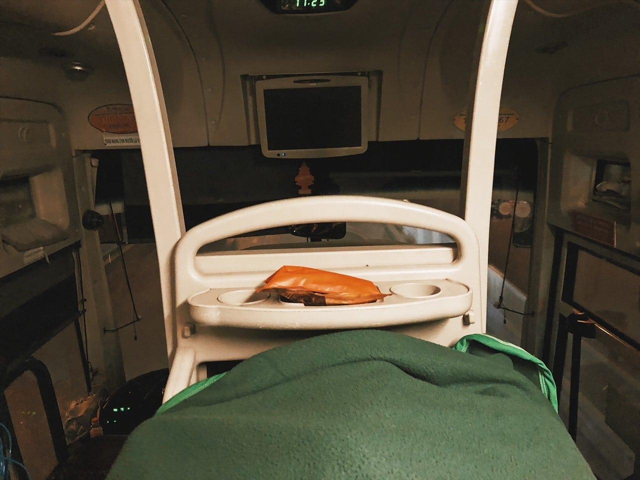 widok z łóżka w nocnym autobusie, koc, wietnam, rach gia, sajgona, phu quoc, neverenedingtravel