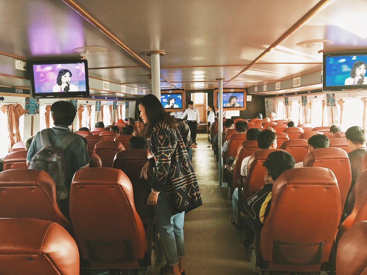 prom z rach gia na phu quoc rejs transport na wyspę, siedzenia, fotele na statku, ekrany, telewizja, neverendingtravel, podróż, transfer z lądu na wyspę, miasto portowe, telewizja wietnamska, viet travel, speed boat