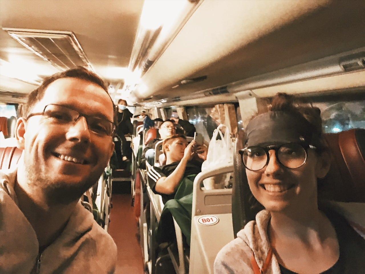 nocny autobus z sajgonu na phu quoc, wnetrze autobusu, siedzenia, transport w wietnamie, wietnamczycy, neverenedingtravel, rach gia