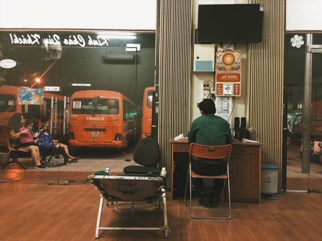 poczekalnia w rach gia, wietnam, nocny bus, transport na phu quoc, wietnam, neverenedingtravel, autobusy, leżak środek nocy