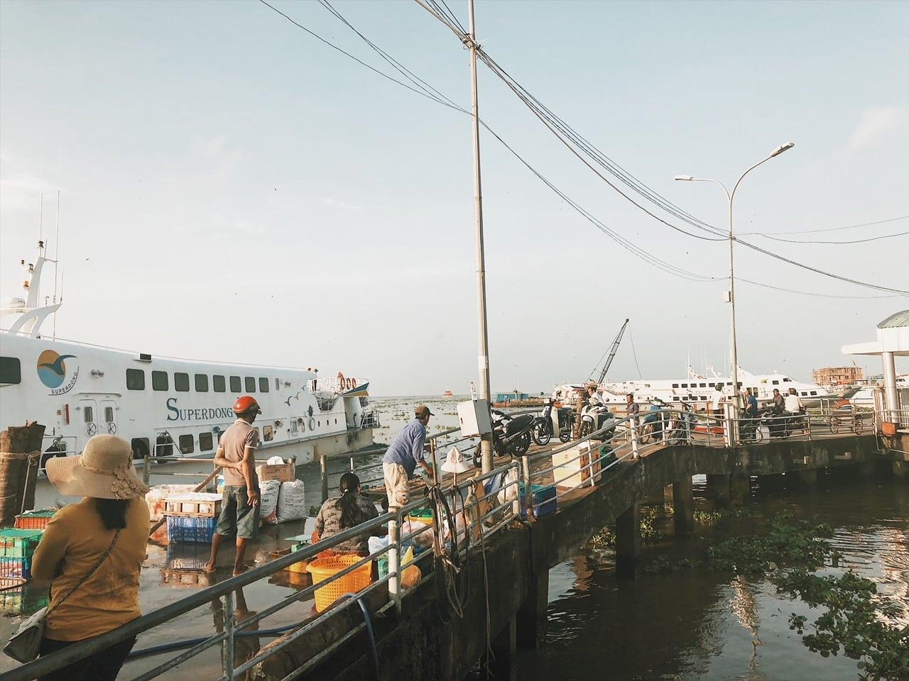port rach gia w wietnamie, viet, travel for phu quoc, neverendingtravel, prom, łodzie, rybacy, wietnamskie , z sajgonu na wyspę phu quoc