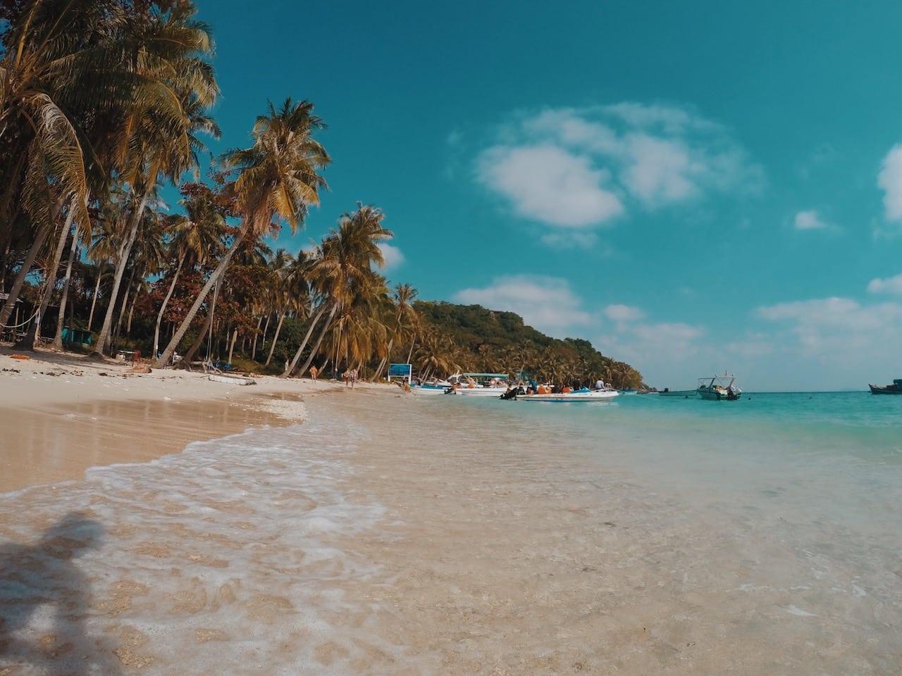 czysta plaża wycieczka, palmy woda wyspa phu quoc wietnam neverendingtravel.pl