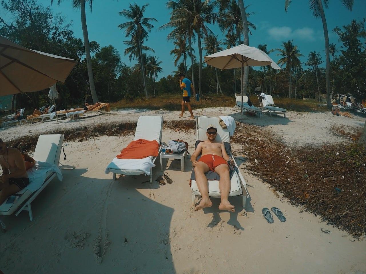 sao beach leżaki opalanie wyspa phu quoc wietnam neverendingtravel.pl