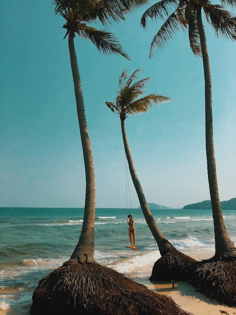 hustawka na palmie, swing plażą palmy sao beach wyspa phu quoc wietnam neverendingtravel.pl