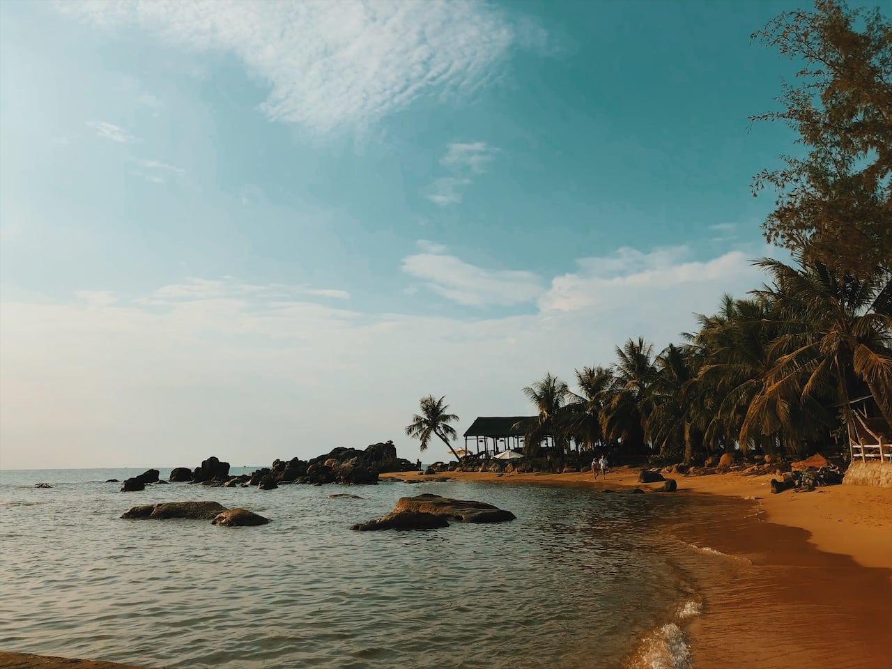 long beach skały, restauracja ciekawe miejsce polecamy wyspa phu quoc wietnam neverendingtravel.pl