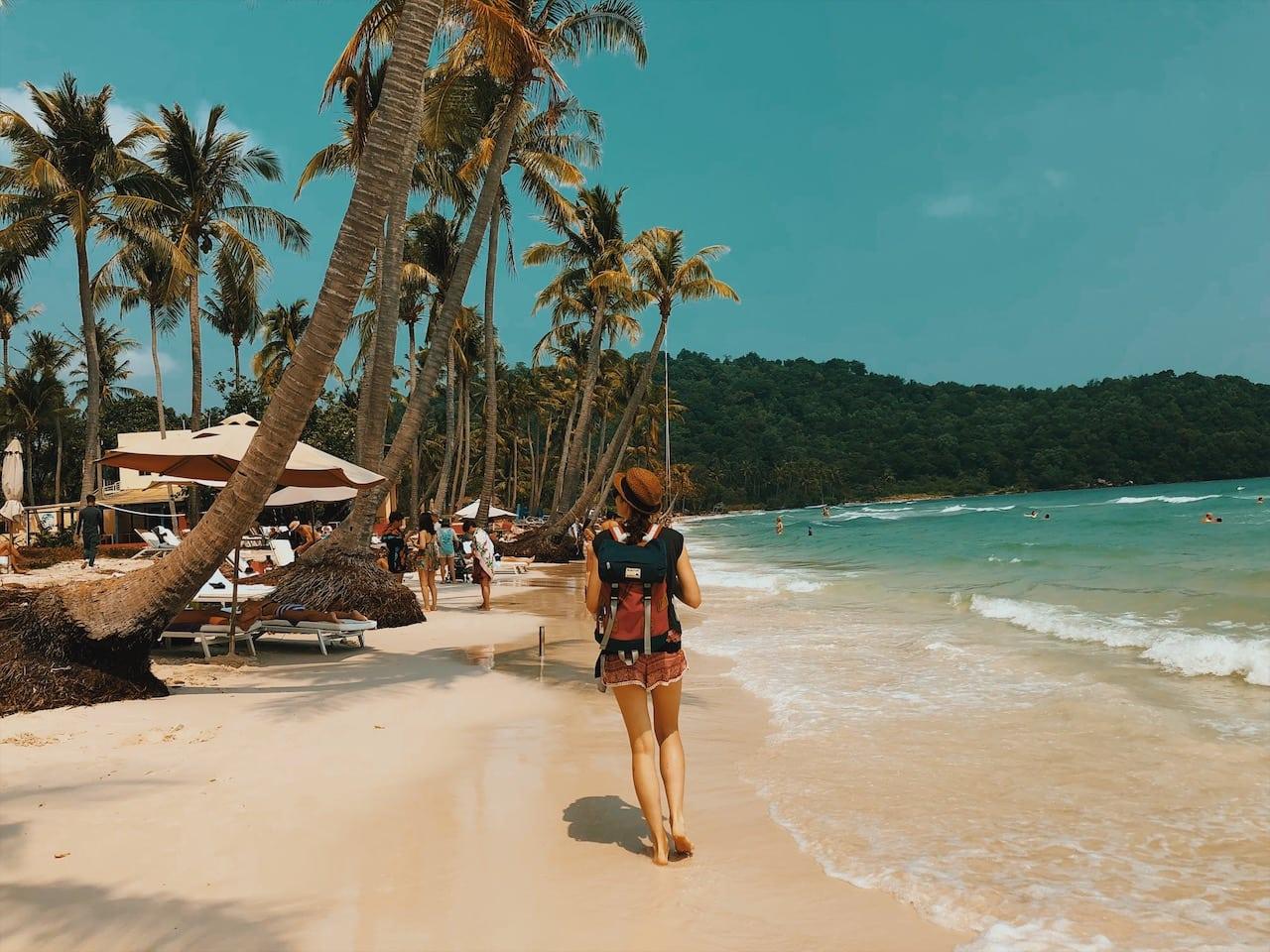 sao beach, plaża piasek biały, palmy nad wodą, rajski widok, leżaki, ciekawe miejsca wyspa phu quoc wietnam neverendingtravel.pl