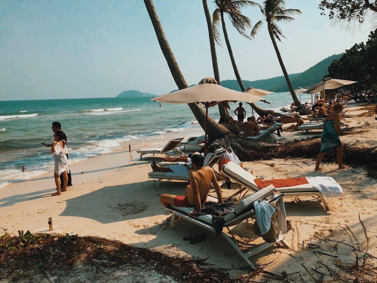 leżaki na sao beach, biały piasek , słońce, rajski widok, paradise, plamy plams tree, epic beach must see, ciekawe miejsce,wyspa phu quoc wietnam neverendingtravel.pl
