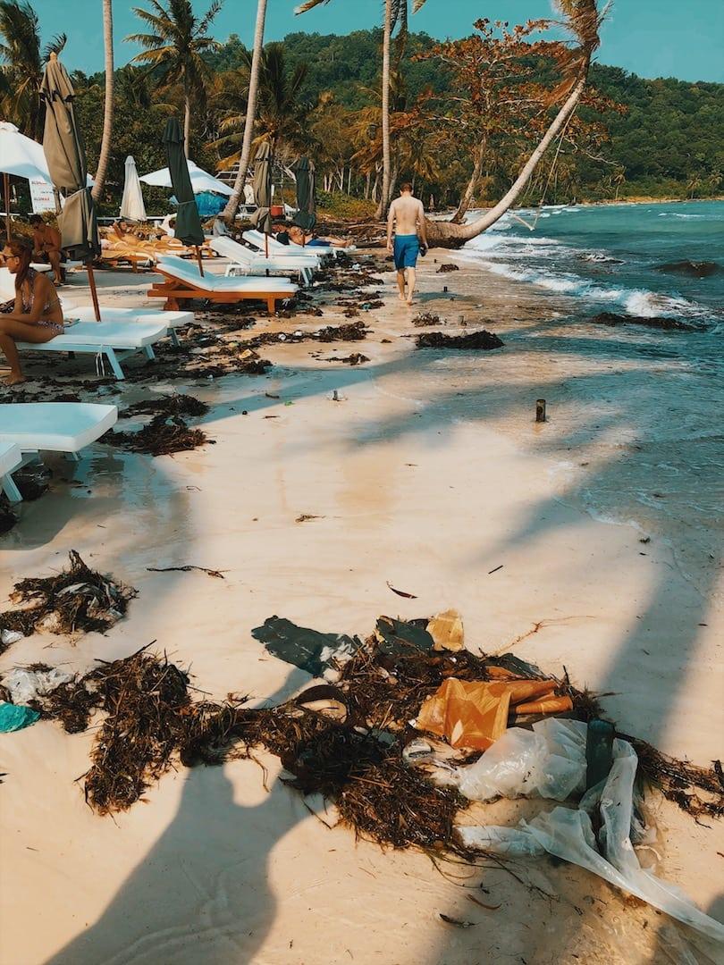 śmieci na plaży sao beach, palmy, plastik, leżaki, fale, słońce piasek, drzewawyspa phu quoc wietnam neverendingtravel.pl