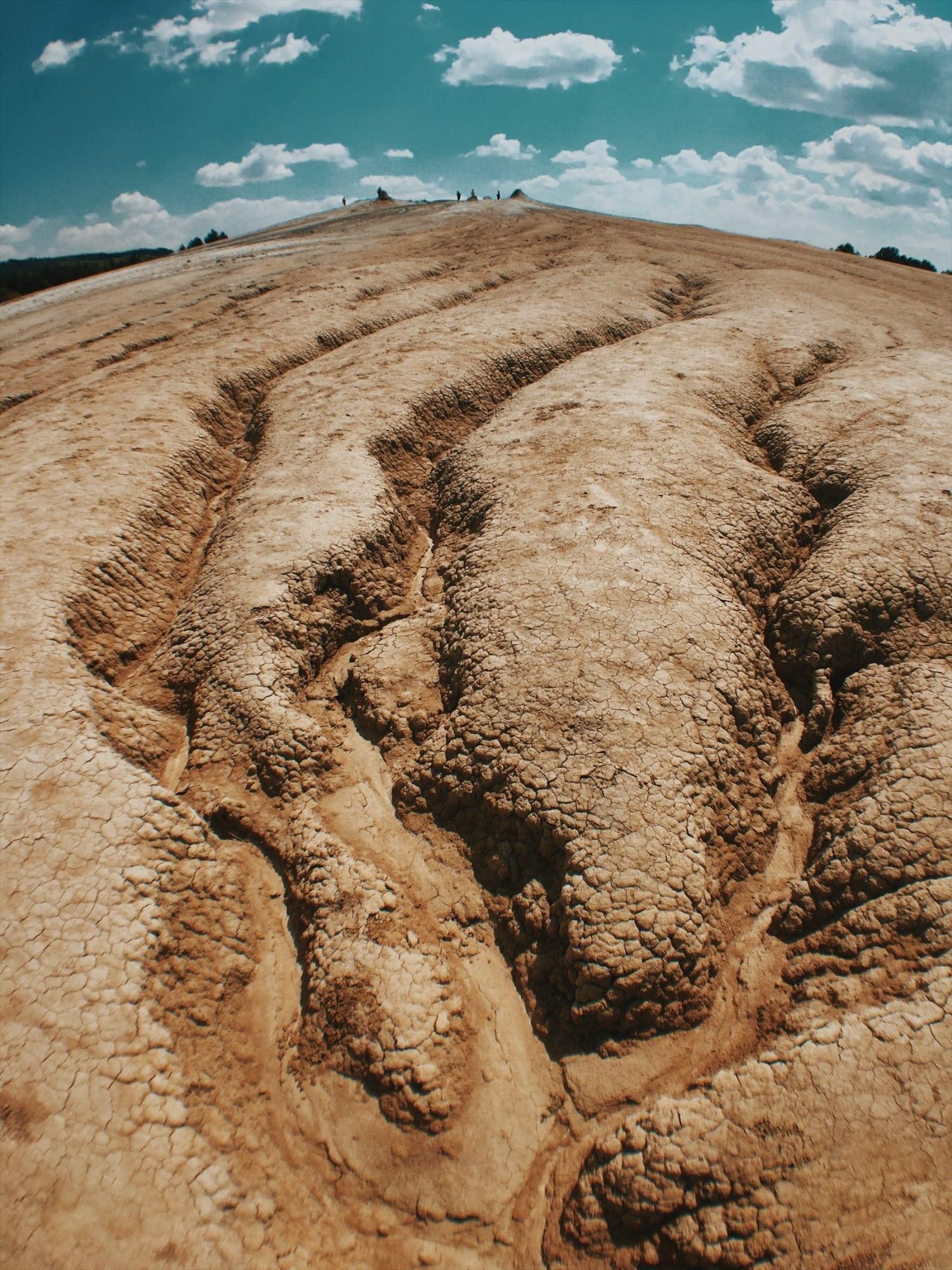 formacje błotne, kratery, ziemia, niezwykłe kształty kraterów,buzau wulkany błotne rumunia neverendingtravel.pl