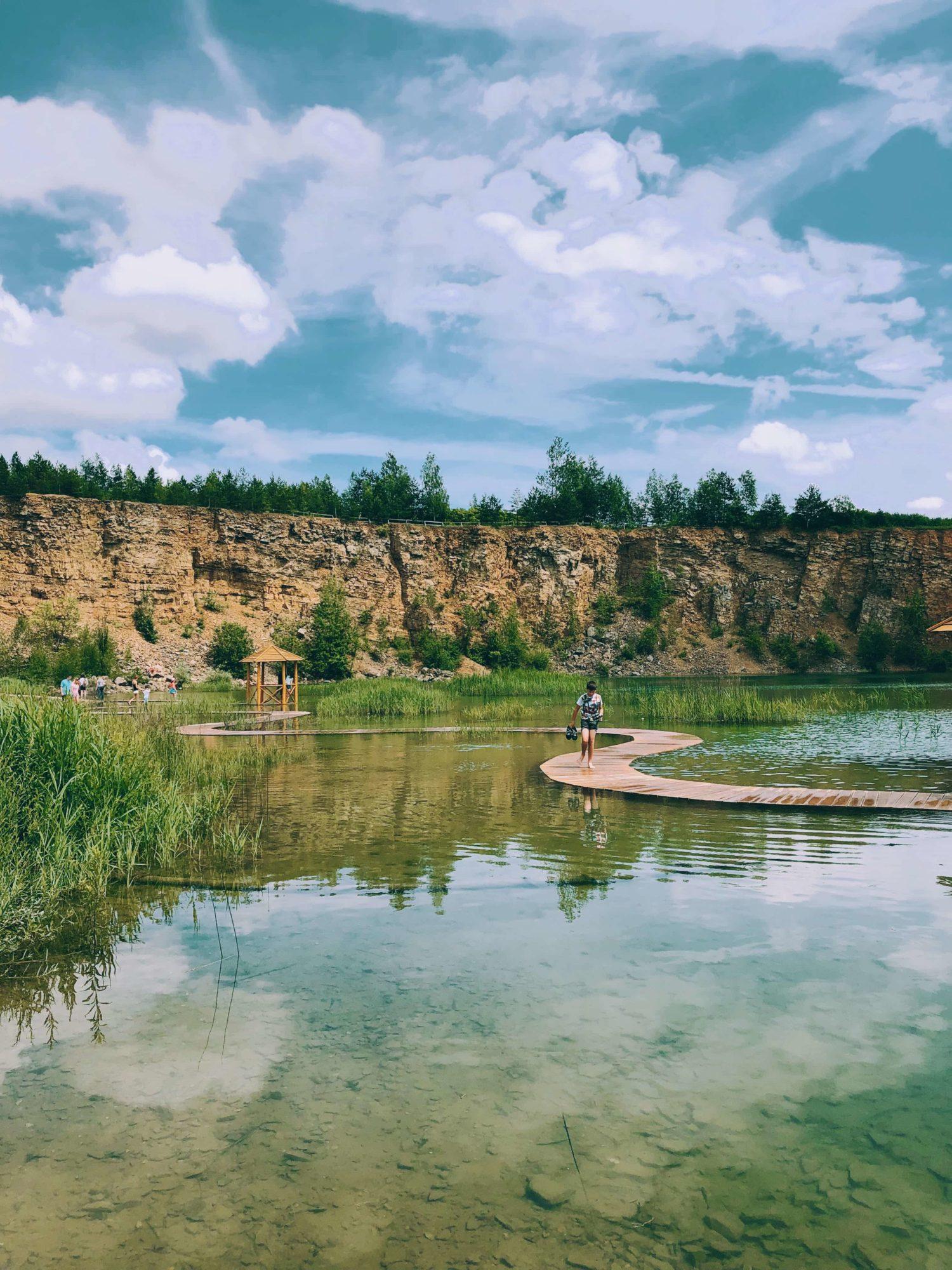 Park Gródek Jaworzno – Zbiornik Wydra kładki na wodzie kamieniołom z katowic na jeden dzień, woda turkusowa