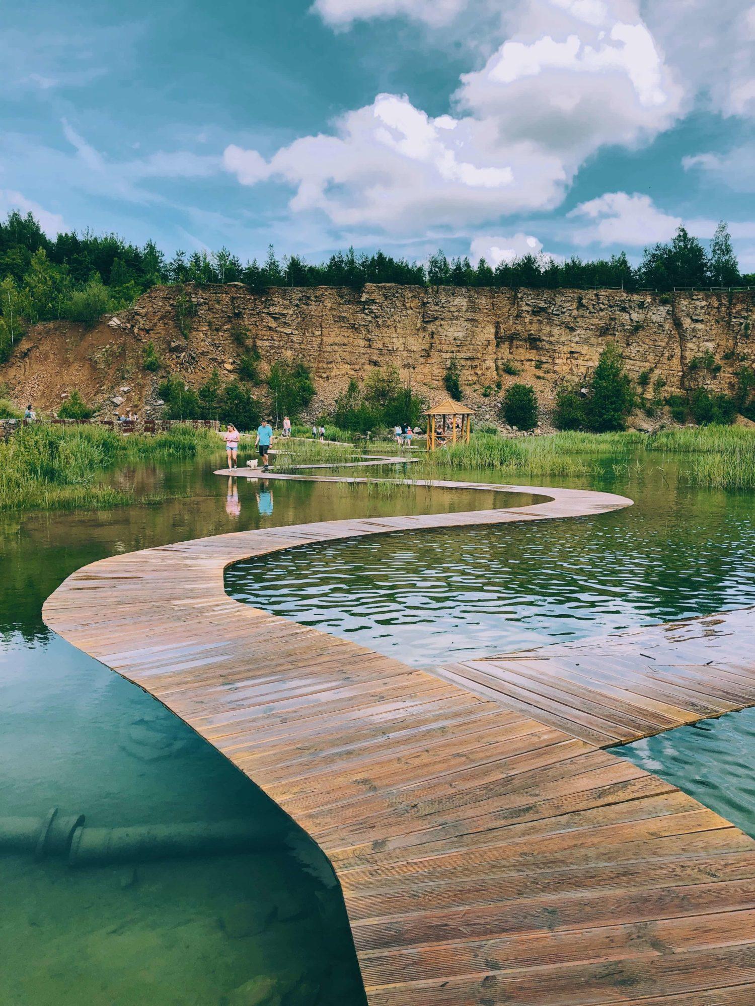 Park Gródek Jaworzno – Zbiornik Wydra turkusowa woda, jezioro, katowice, śląsk, chmury, drewno, kładka, woda, chorwacki krajobraz