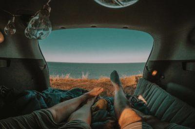 samochód, auto, materac, spanie, kołdra, pościel, bagażnik, gołe niebo, biwak, na dziko, bezpiecznie