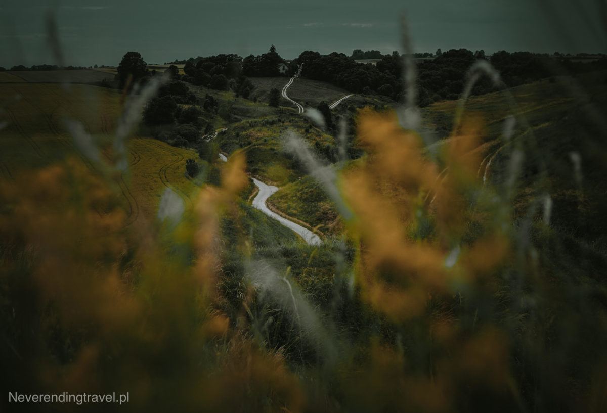 stradów, grodzisko stradów, poslak toskania, ciekawe miejsca polska, polska na weekend, gdzie na weekend w polsce, piękne widoki, malownicza droga, droga gladiatora, ponidzidzie, z krakowa na weekend, trawa, pola, pagórki, kręta droga, las