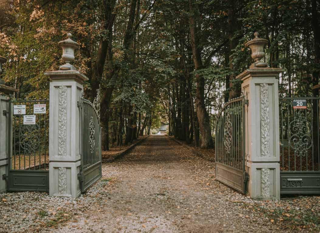 brama do ogrodu rzeźb juana soriano, staw, artysta, park, zieleń, owczarnia, Kazimierówka , blisko warszawy na weekend, ciekawe miejsce, mazowieckie