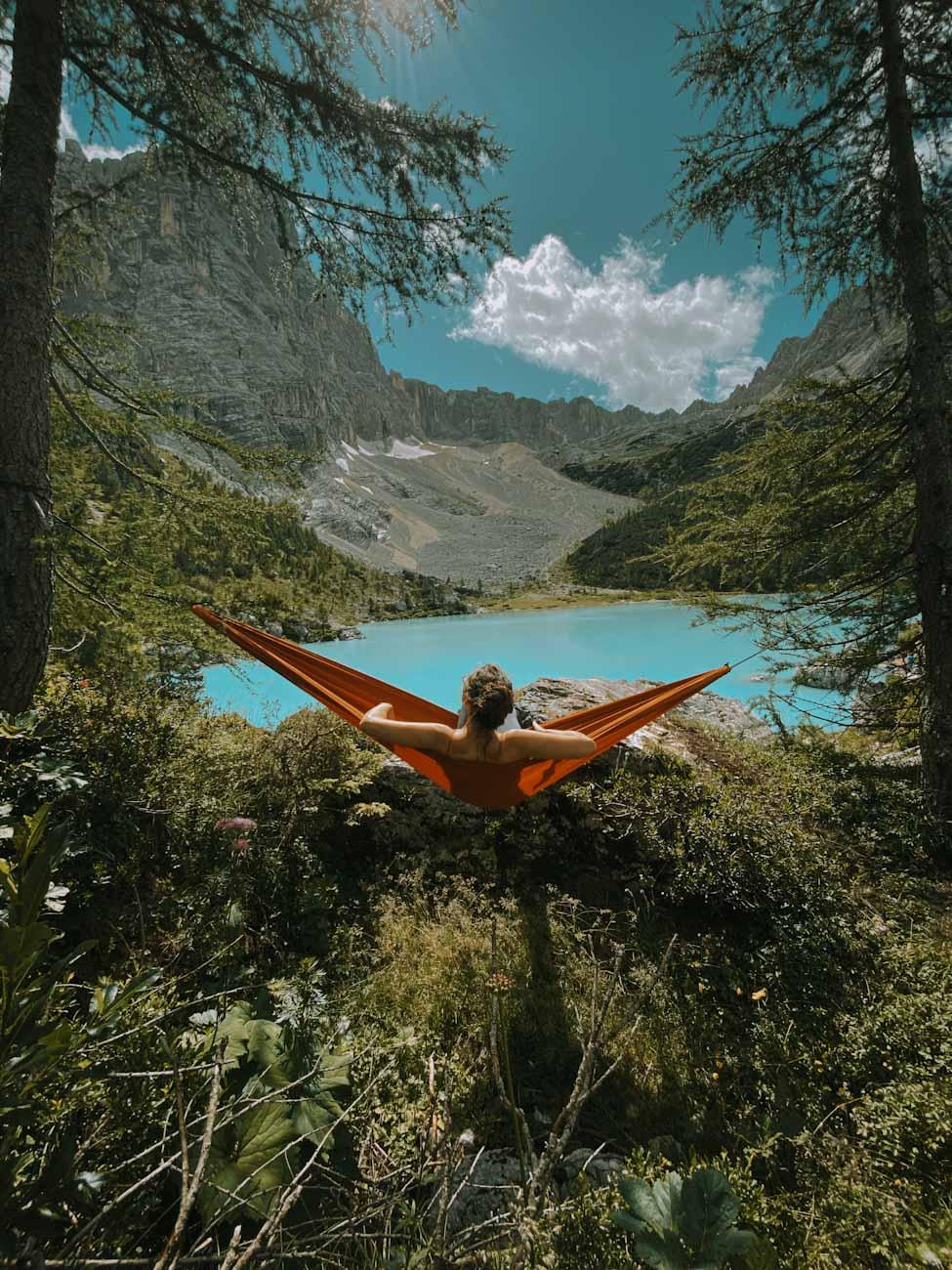 hamak nad jeziorem Sorapis, turkusowym, błękitnym we Włoszech, beautiful lake in Alps