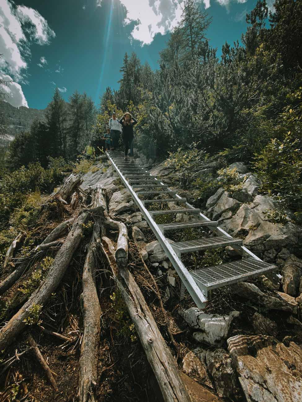 szlak 215, trekking w dolomitach nad jezioro Sorapis schody na szlaku w górach