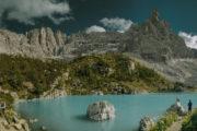 Lago di Sorapis w Alpach piękne turkosowe jezioro w alpach, dolomitach