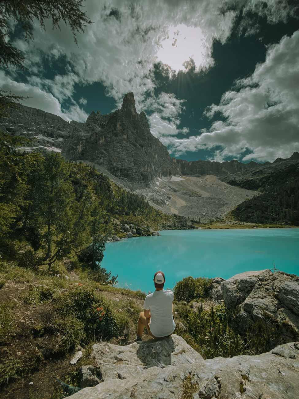 Lago di Sorapis najpiękniejsze jezioro w Alpach, Dolomity we Włoszech, góry, trekking we Włoszech, włoskie wakacje, turkusowe błękitne jezioro