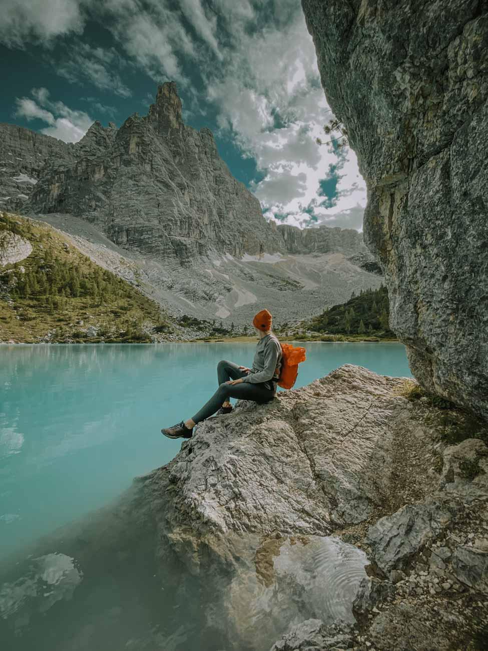 Lago di Sorapis najpiękniejsze jezioro w Alpach, Dolomity we Włoszech, góry, trekking we Włoszech, włoskie wakacje,