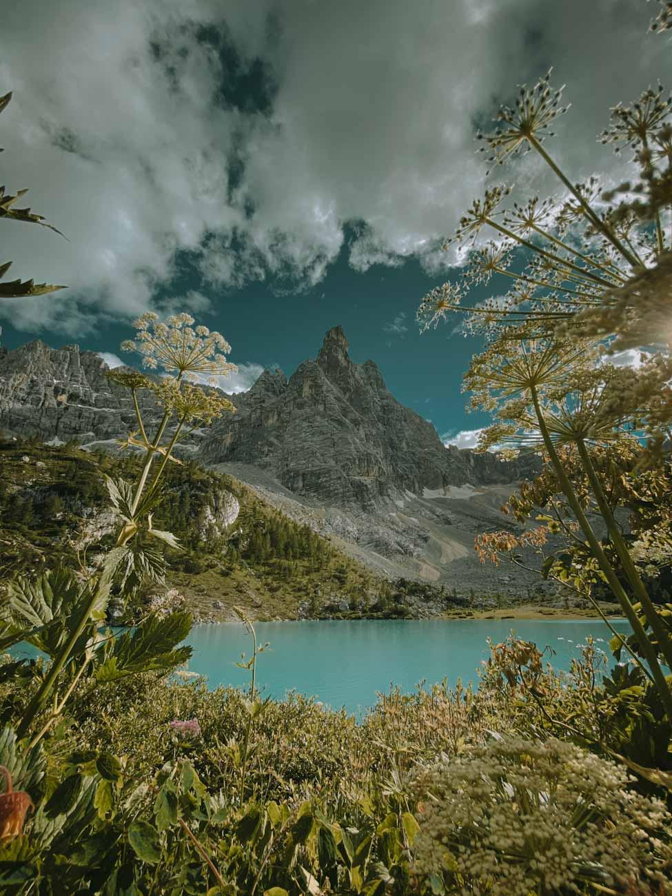 Lago di Sorapis najpiękniejsze jezioro w Alpach, Dolomity we Włoszech, góry, trekking we Włoszech, włoskie wakacje, błękitne jezioro