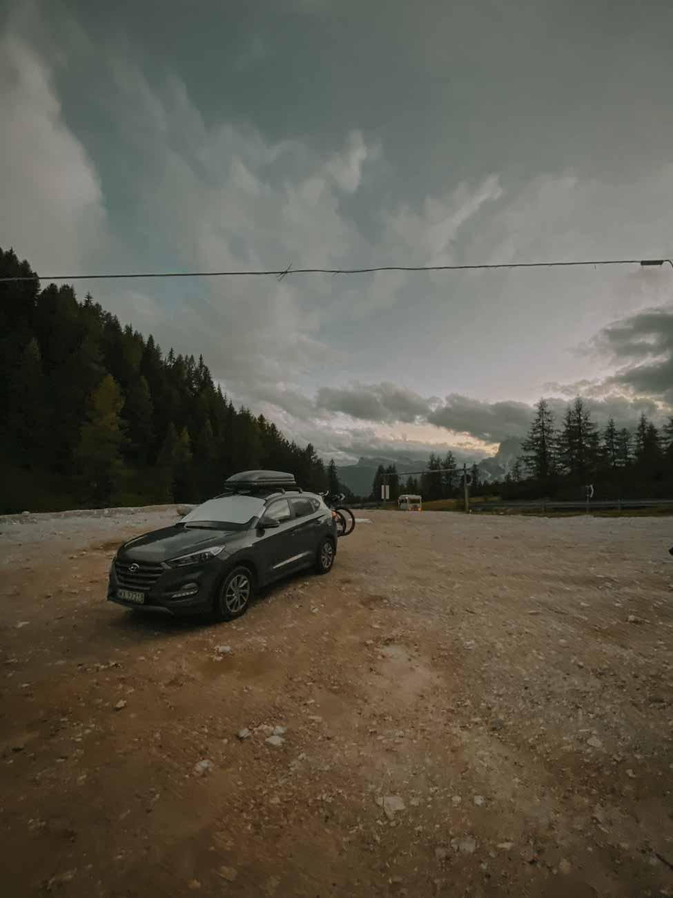 parking szlak 215 nad jezioro Sorapis w Alpach, Dolomity, Włochy