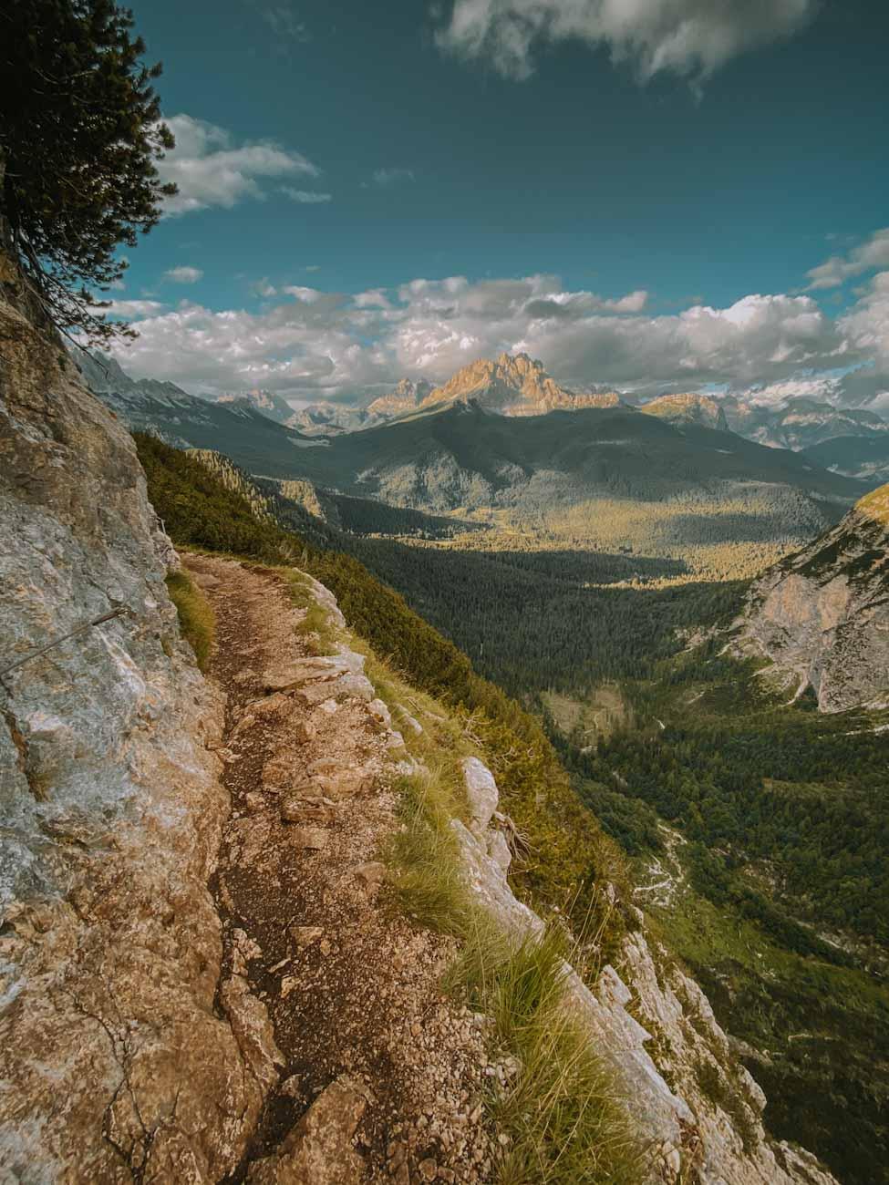 szlak 215 nad jezioro Sorapis w Alpach, Dolomity, Włochy