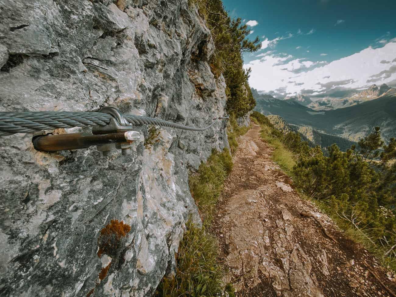 szlak 215 nad jezioro Sorapis w Alpach, Dolomitach