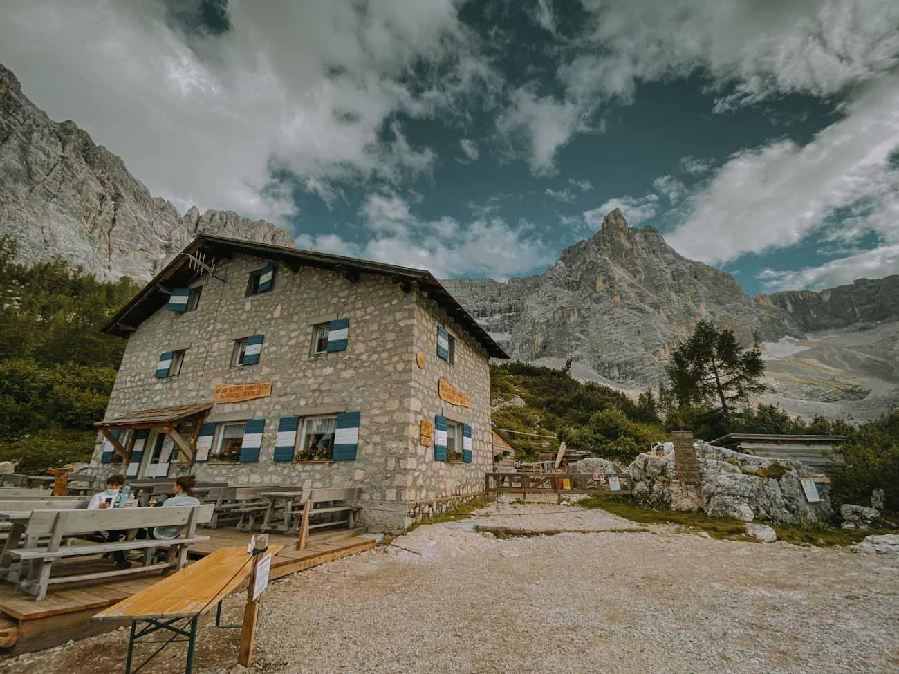 schronisko Rifugio Vandelli w Dolomitach, Alpy, góry, włochy latem, trekking