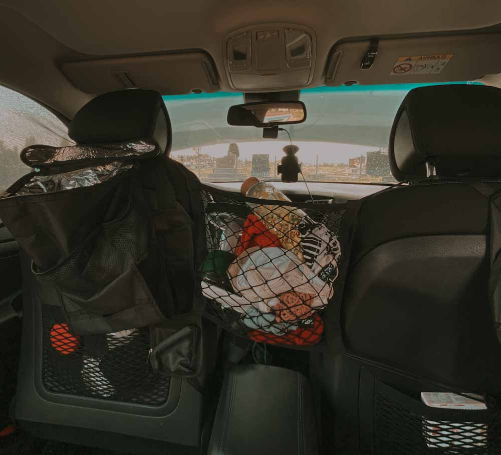 gadżet do samochodu przydatny, siatka na rzeczy, siatka pomiędzy siedzenia, bałagan w aucie, biwak, vanlife w polsce, spanie w aucie
