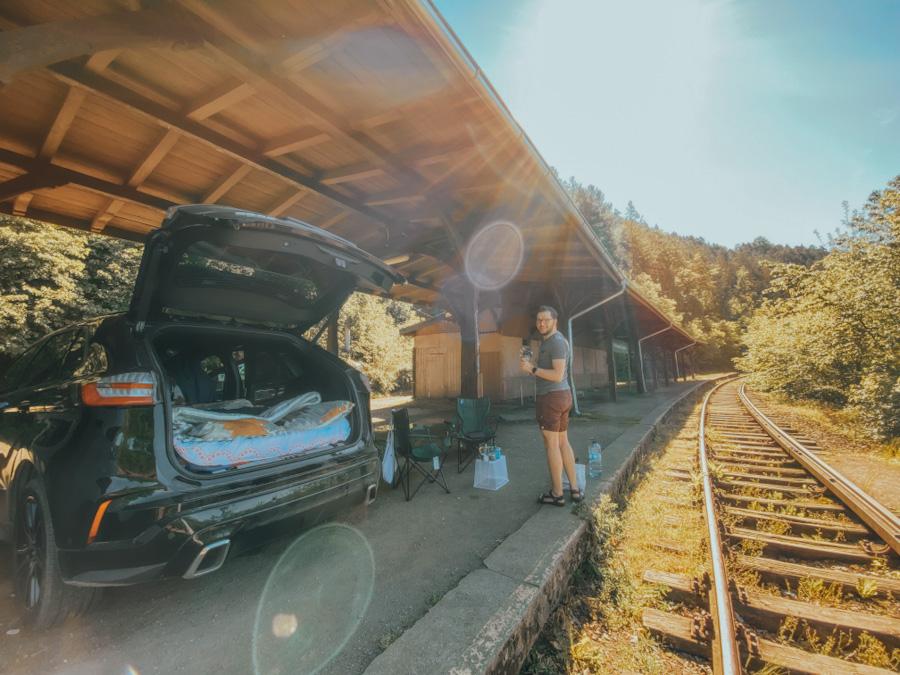 dworzec kolejowy plichowice zapora, dolnośląskie, dolny śląsk, widok na góry i jezioro, atrakcje w polsce, jezioro w górach, opuszczony dworzec, stacja kolejowa, darmowy parking , spanie w samochodzie
