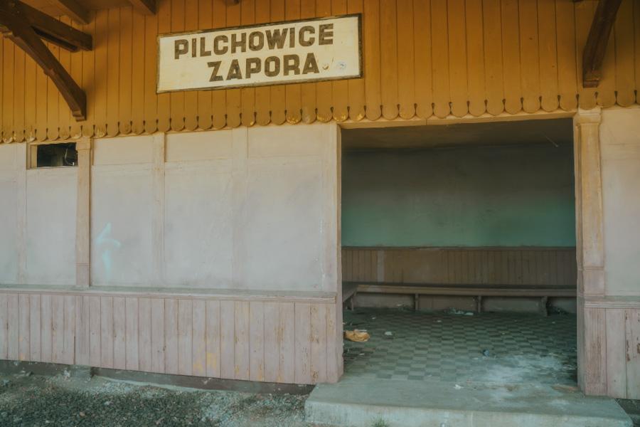 dworzec kolejowy plichowice zapora, dolnośląskie, dolny śląsk, widok na góry i jezioro, atrakcje w polsce, jezioro w górach, opuszczony dworzec, stacja kolejowa