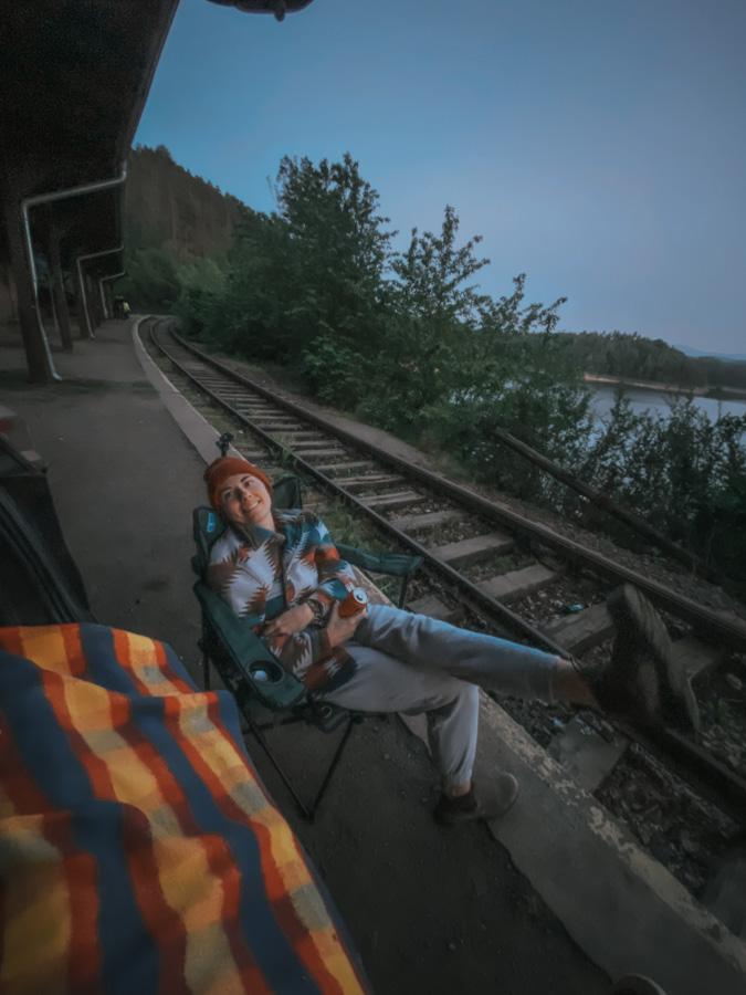 dworzec kolejowy plichowice zapora, dolnośląskie, dolny śląsk, widok na góry i jezioro, atrakcje w polsce, jezioro w górach, opuszczony dworzec, stacja kolejowa, darmowy parking