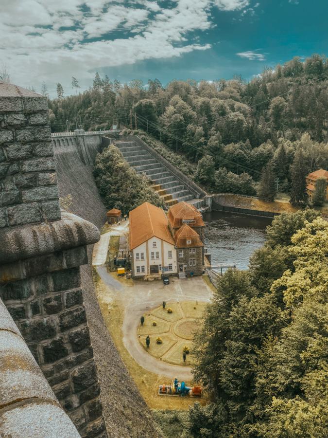 dworzec kolejowy pilchowice zapora, dolnośląskie, dolny śląsk, widok na góry i jezioro, atrakcje w polsce, jezioro w górach, opuszczony dworzec, stacja kolejowa, zapora, elektrownia pilchowice